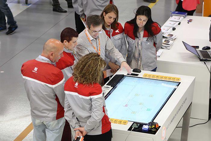 Técnicos de seat durante la demostración de la tabla metasonic por parte de STP Group